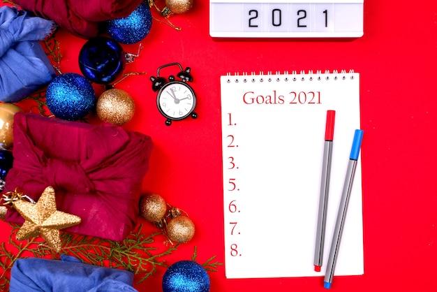 Un cahier blanc avec des stylos