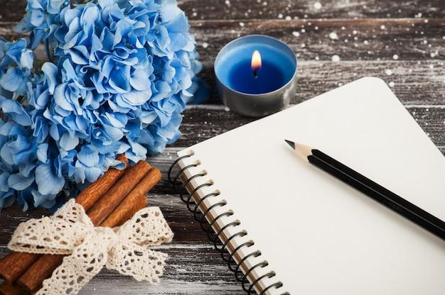 Cahier et bouquet d'hortensia bleu