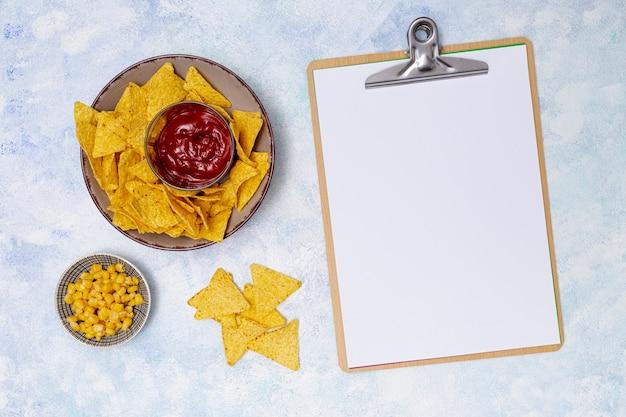 Cahier clair et nachos avec ketchup