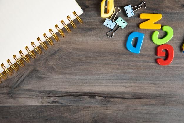 Cahier, clip et lettres sur la table