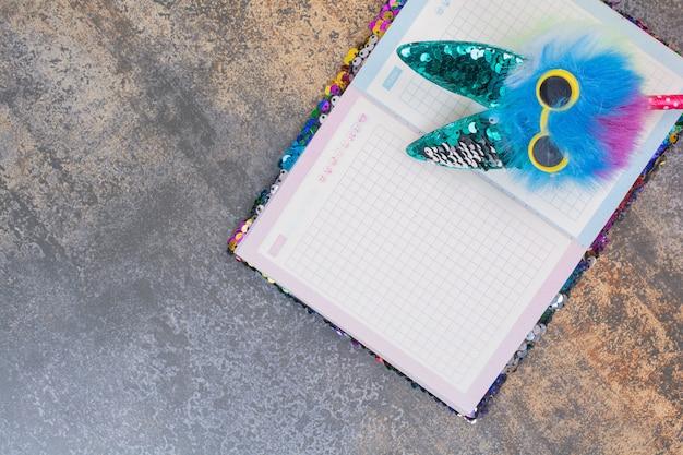 Cahier coloré avec stylo sur espace en marbre