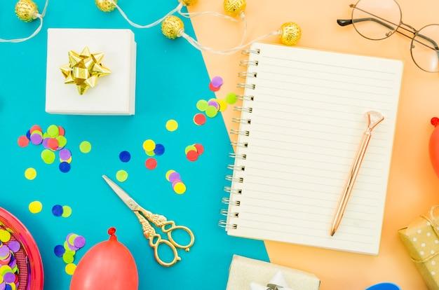 Cahier avec des confettis colorés