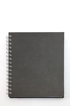 Cahier à couverture rigide noir isolé avec reliure à anneaux sur blanc