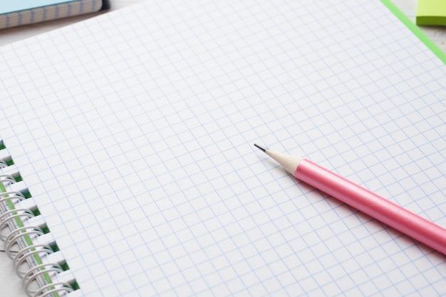 Cahier et crayon blancs et propres avec espace de copie pour la présentation