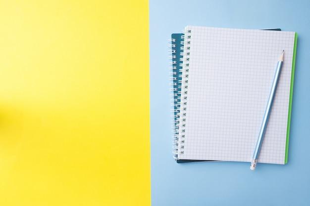 Cahier et crayon blancs et propres avec espace de copie