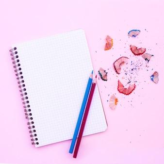 Cahier avec des crayons et taille-crayon