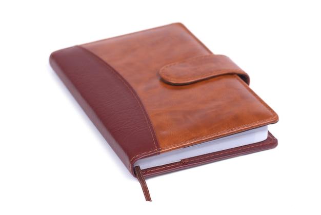 Cahier en cuir marron isolé sur fond blanc