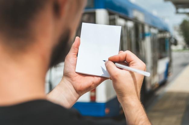 Cahier dans la main d'un homme