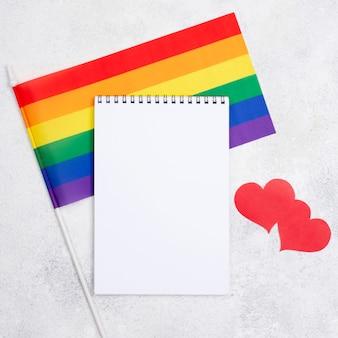 Cahier et drapeau de jour de fierté
