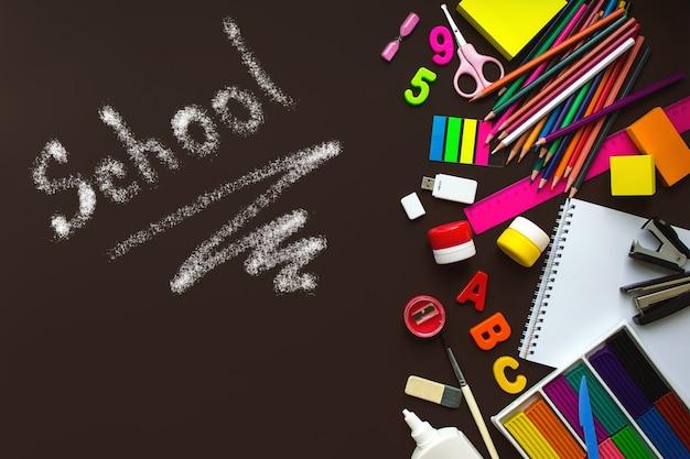 Cahier d'écolier et divers articles de papeterie avec inscription school fournitures scolaires papeterie couleur