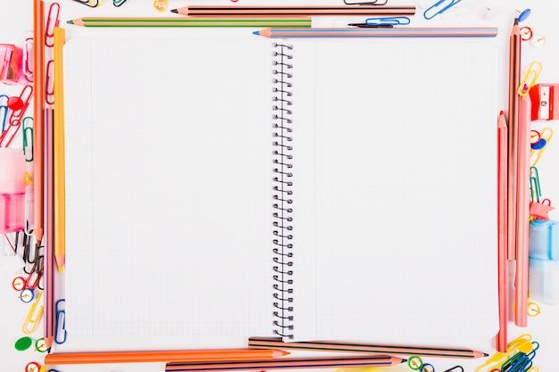 Cahier d'exercices avec la papeterie scolaire