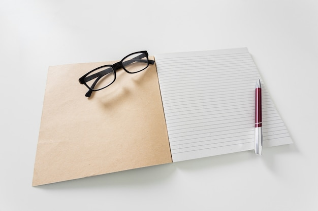 Cahier sur fond blanc