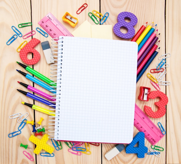Cahier avec fournitures scolaires