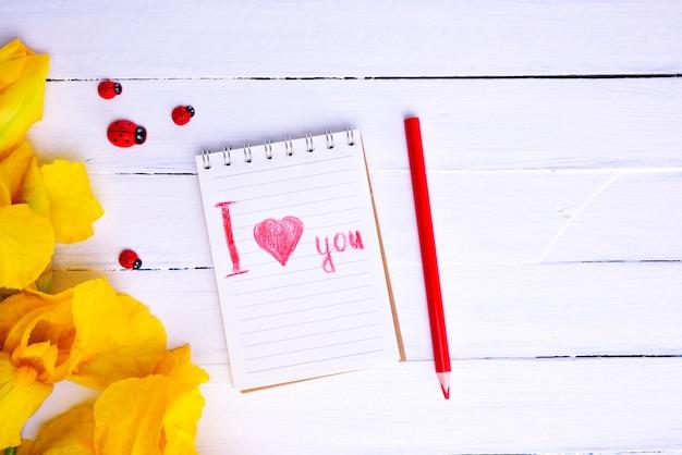 Cahier avec l'inscription au crayon rouge