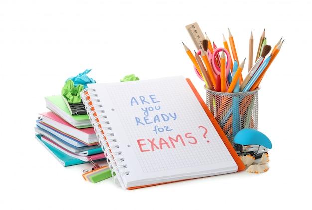 Cahier avec inscription êtes-vous prêt pour les examens et la papeterie isolés