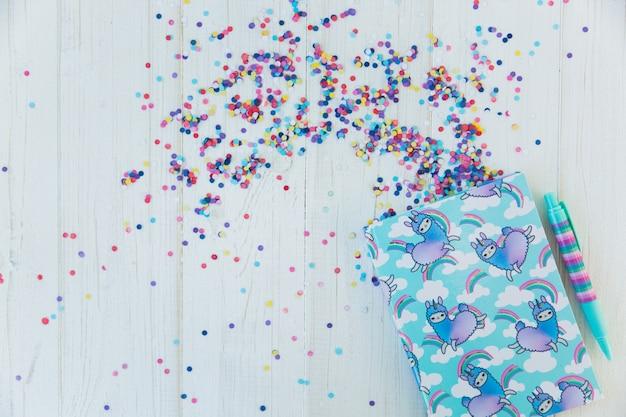 Cahier avec licorne de lama et arc-en-ciel avec un stylo gel coloré