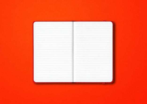 Cahier ligné ouvert rouge isolé sur fond coloré
