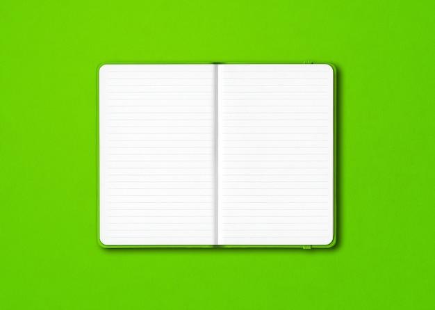 Cahier ligné ouvert vert isolé sur fond coloré
