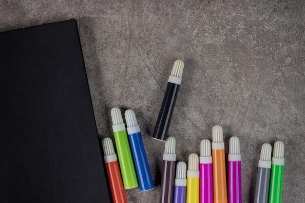 Cahier de maquette avec marqueurs de couleur. vue de dessus.