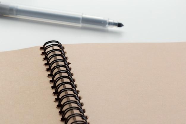 Cahier avec marqueur