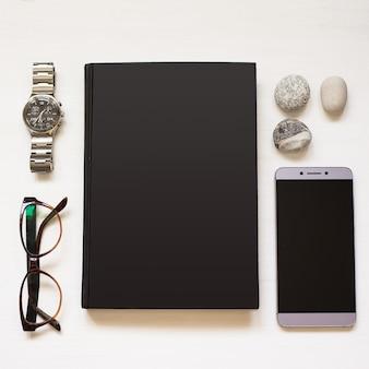 Cahier noir vierge isolé sur fond de bois texturé blanc avec homme d'affaires strict