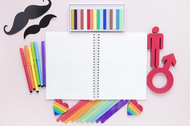 Cahier avec des objets du jour de la fierté