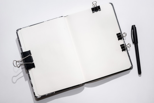 Cahier ouvert sur blanc