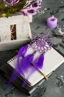 Cahier ouvert, capteur de rêves, lilly