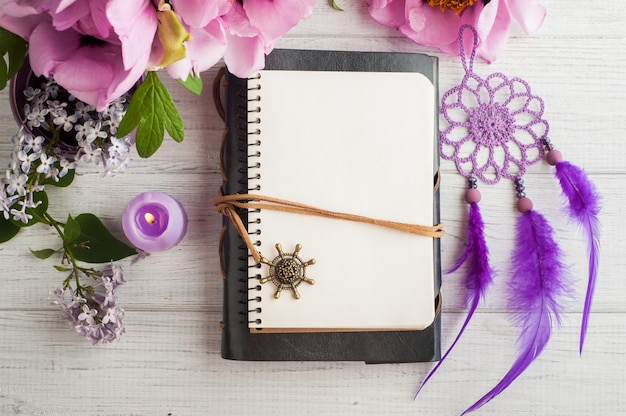 Cahier ouvert, capteur de rêves, pivoine et lilas