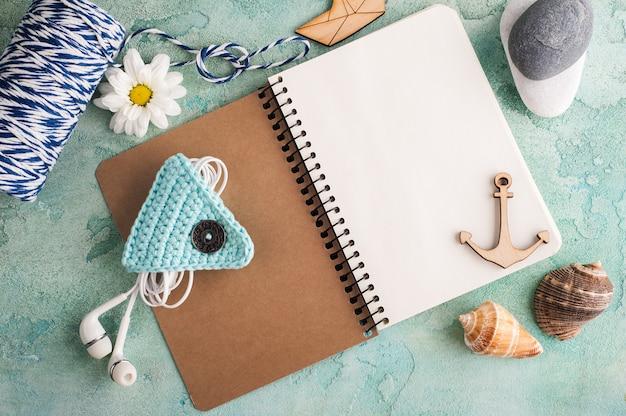Cahier ouvert avec des éléments de la mer