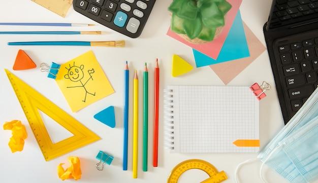 Cahier ouvert avec des fournitures scolaires. concept d'école.