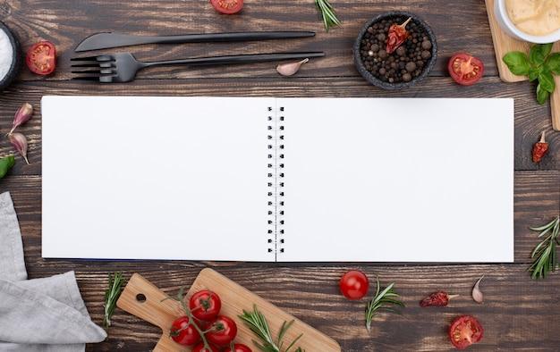 Cahier ouvert avec des ingrédients à côté