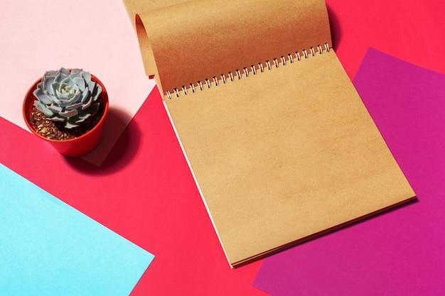 Cahier ouvert page design sur la table