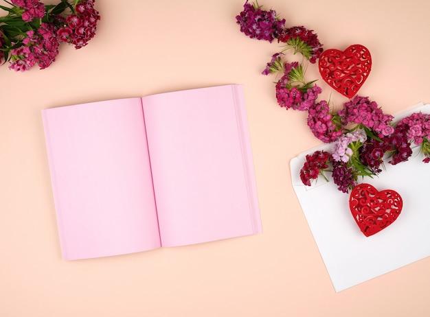 Cahier ouvert avec des pages blanches roses