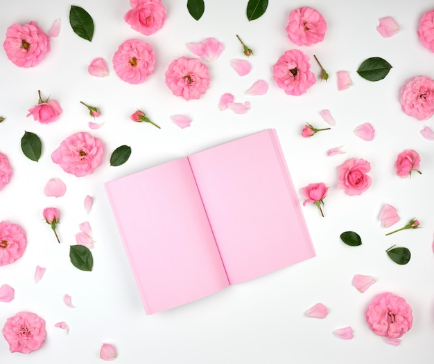 Cahier ouvert avec des pages blanches roses