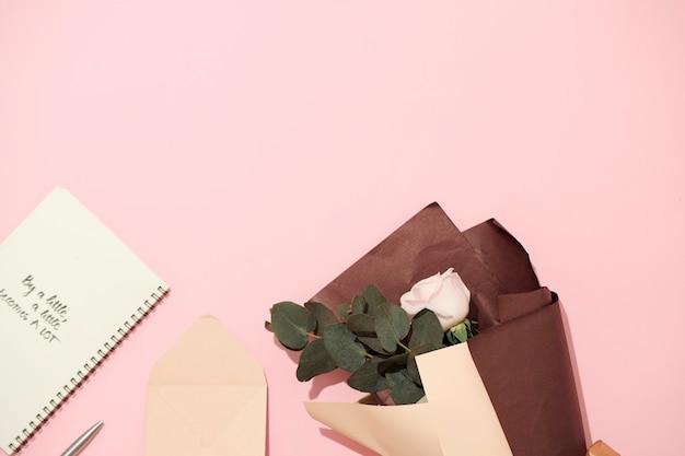 Cahier ouvert avec des pages vierges isolées