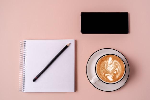 Cahier ouvert à plat avec un stylo