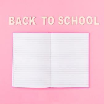 Cahier ouvert près de l'écriture de l'école