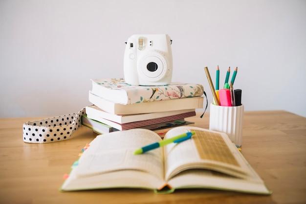 Cahier ouvert près de la petite caméra