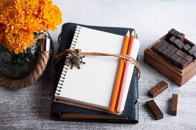 Cahier ouvert vide et fleurs de chrysanthème orange
