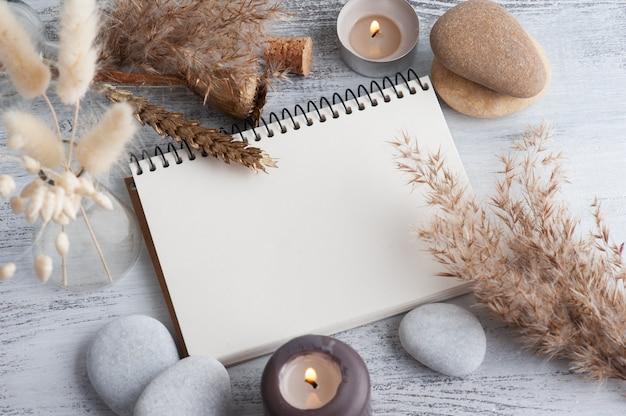 Cahier ouvert vide et fleurs sèches sur fond rustique. carte de voeux avec espace de copie pour votre texte