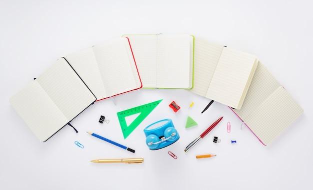 Cahier de papier et fournitures scolaires à fond blanc