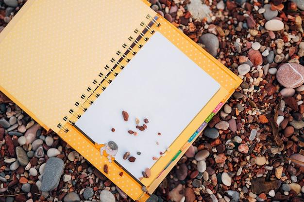 Un cahier sur une plage de galets