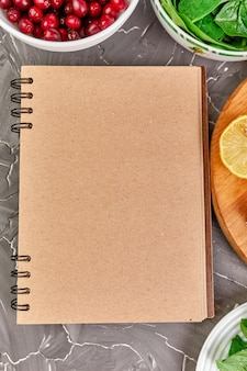 Cahier avec des produits sains