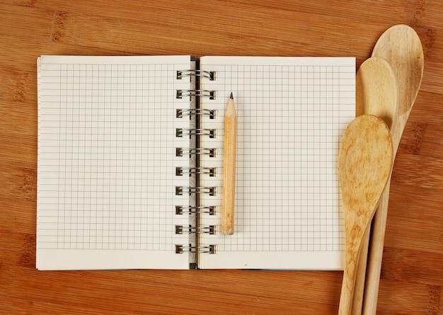 Cahier De Recettes Culinaires Sur Une Planche à Découper De Cuisine Photo Premium