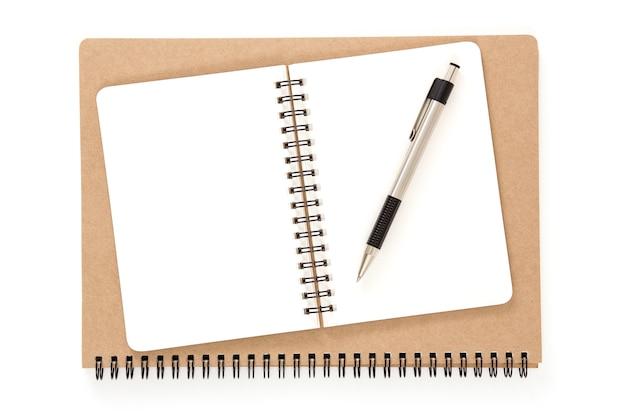 Cahier à reliure à anneaux recyclé ouvert avec stylo
