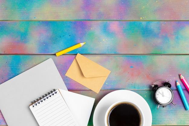 Cahier à reliure ouverte avec tasse à café, fond vue de dessus