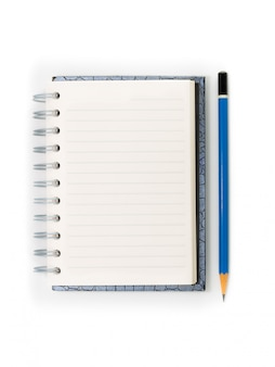 Cahier à spirale blanc et crayon bleu isolé