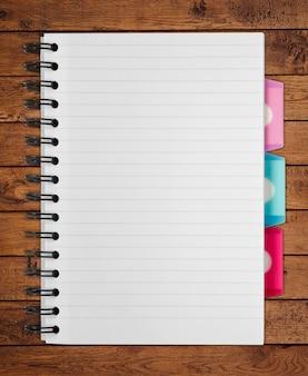 Cahier à spirale papier blanc isolé sur pentecôte