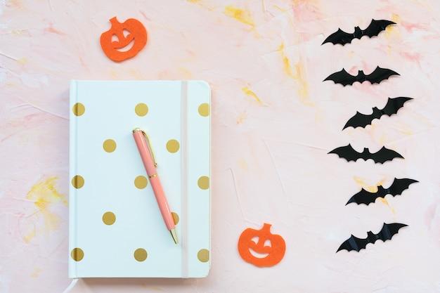Cahier stylo citrouilles et chauves-souris concept halloween